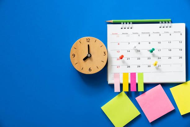 파란색 배경, 비즈니스 미팅 또는 여행 계획 개념에 대 한 계획에 달력의 닫기 - 일과 뉴스 사진 이미지