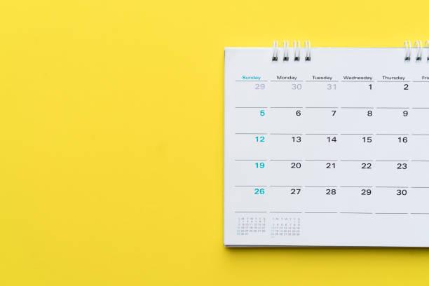 cierre del calendario sobre fondo amarillo, para reunión de negocios o viajes planificación concepto - foto de stock
