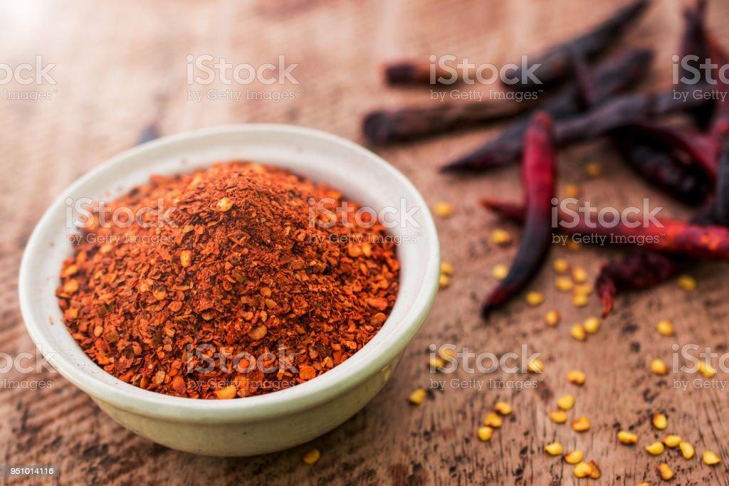 Cerca de pimienta de Cayena en un recipiente en el fondo de madera - foto de stock