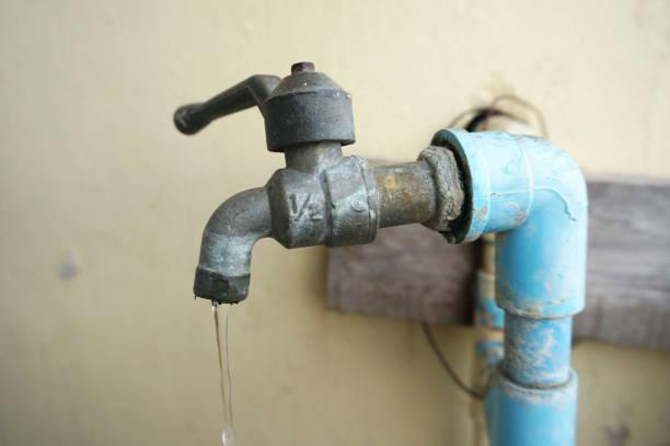 gros plan de canalisation de l'eau et le robinet chrome - plomb en métal photos et images de collection