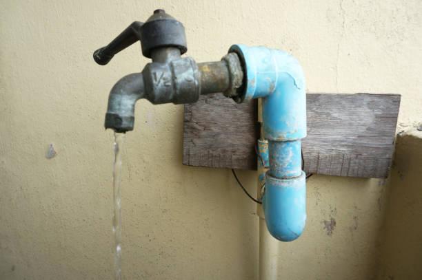 nahaufnahme von chrom wasserhahn und wasser-pipeline - leitungswasser trinken stock-fotos und bilder