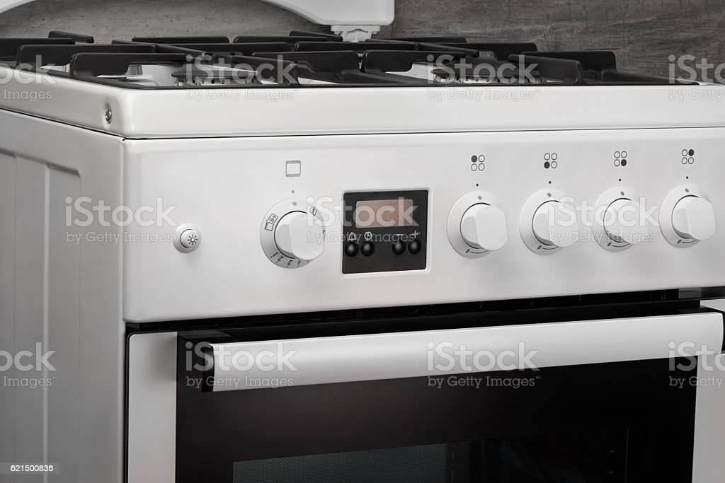 Close up of clean white kitchen gas stove on gray foto stock royalty-free