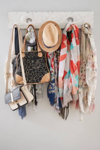 nahaufnahme von kleiderständer in modern home - garderobenhaken stock-fotos und bilder