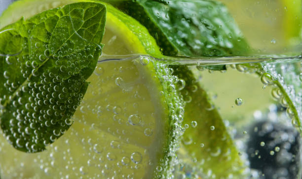 Gros plan du cocktail au citron vert, glace et menthe. - Photo