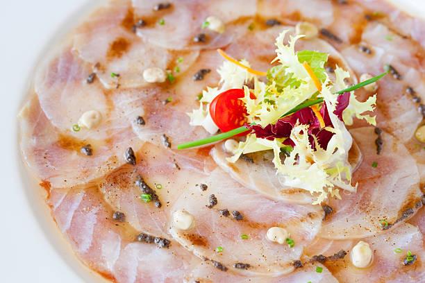 nahaufnahme des kabeljau-carpaccio. - carpaccio salat stock-fotos und bilder