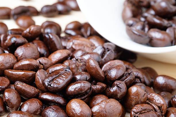 Primer plano de los granos de café - foto de stock
