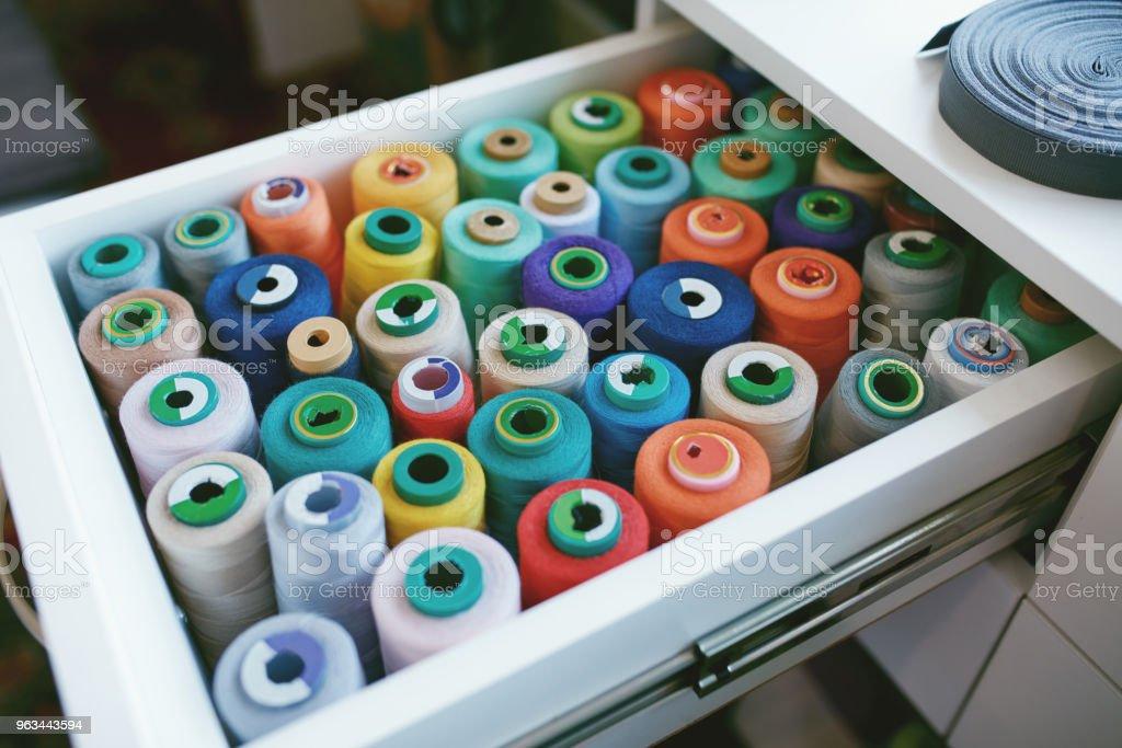 Gros plan des discussions Sewig coloré dans le tiroir. - Photo de Accessoire libre de droits