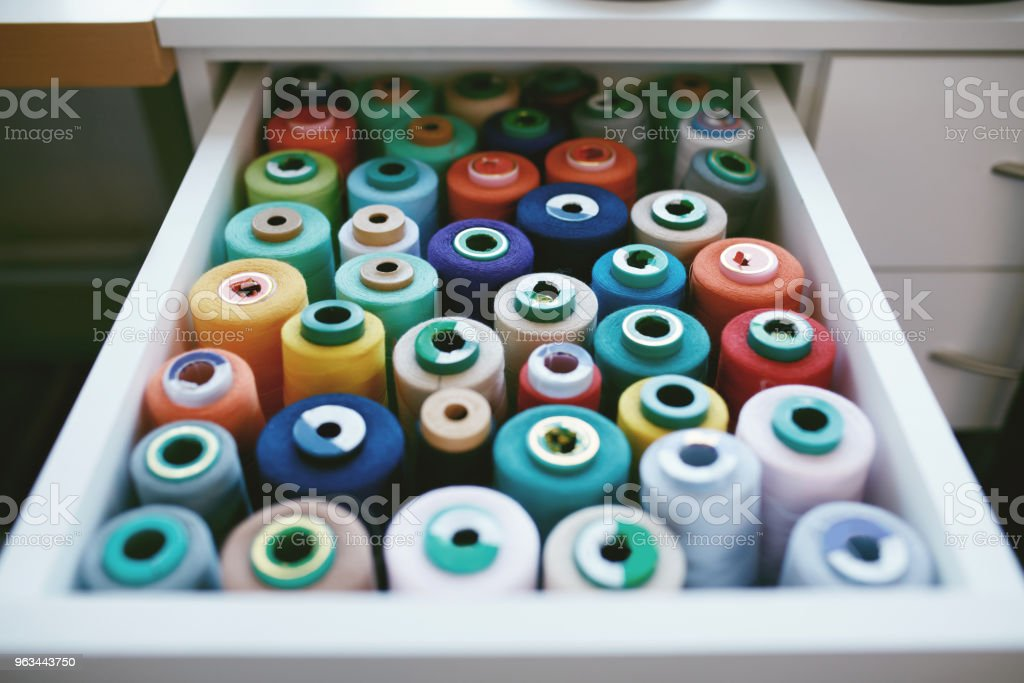 Close Up Of Colorful Sewig Threads In Drawer. - Zbiór zdjęć royalty-free (Akcesorium osobiste)