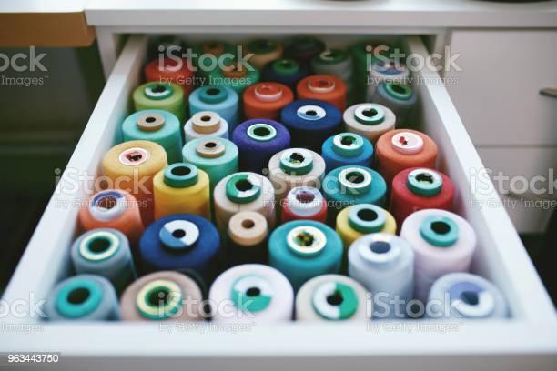 Zbliżenie Kolorowych Wątków Sewig W Szufladzie - zdjęcia stockowe i więcej obrazów Akcesorium osobiste