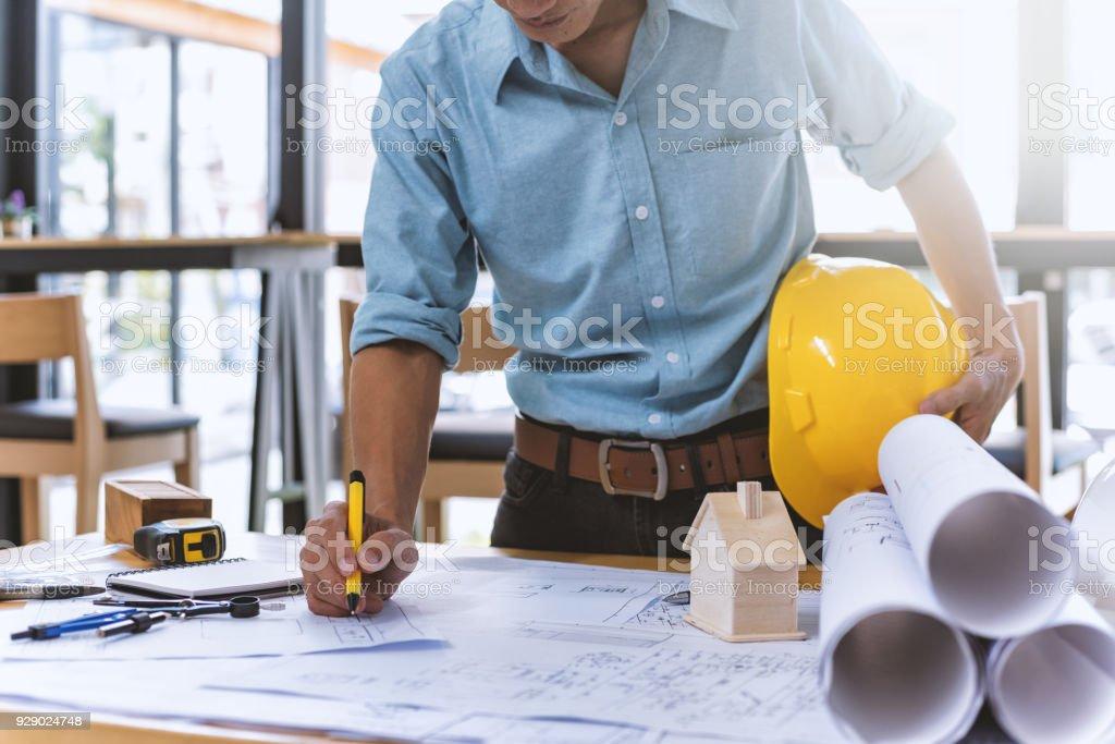 Nahaufnahme von konzentrierte männliche Ingenieur drawing Hand an architektonische Projekt auf Baustelle am Schreibtisch im Büro arbeiten. - Lizenzfrei Arbeiten Stock-Foto