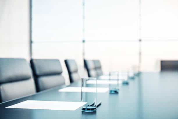 會議室的特寫,桌上放著水杯,桌上放著檔、扶手椅和一扇大窗戶。3d 渲染 - 無人 個照片及圖片檔