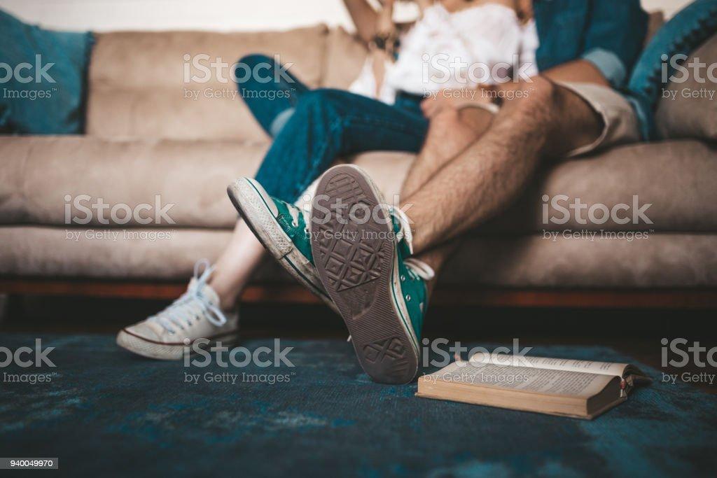 Close-up das pernas do casal sentado em um sofá - foto de acervo
