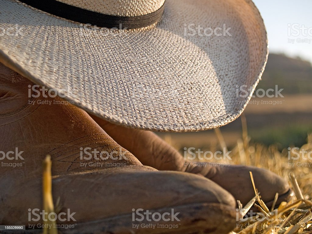 Primer plano de fundas y sombrero de vaquero en una puesta de sol - foto de stock