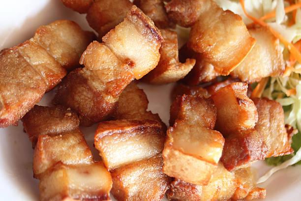 acercamiento del crujiente entreverado cerdo frito de receta. - tocino fotografías e imágenes de stock