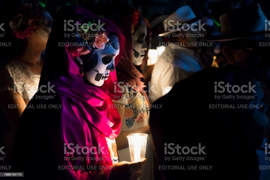 Cerca De Customed Mujeres Vestidas Como Catrinas Con Velas