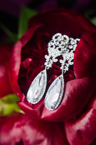 nahaufnahme von diamant-ohrringe. nahaufnahme, platz für ihren text - birnen verlobungsringe stock-fotos und bilder