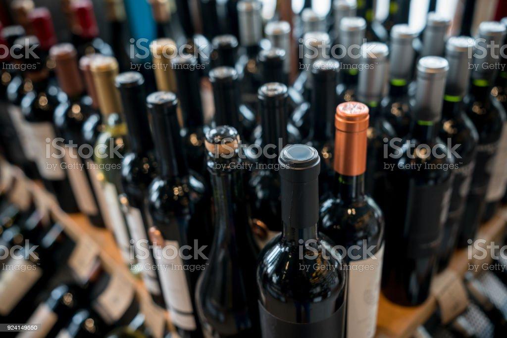 Nahaufnahme von verschiedenen Weinflaschen in einem Wein Shop – Foto
