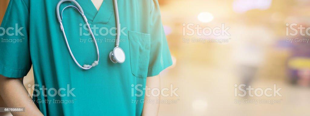 Close-up de médico em imagem borrada de fundo - foto de acervo