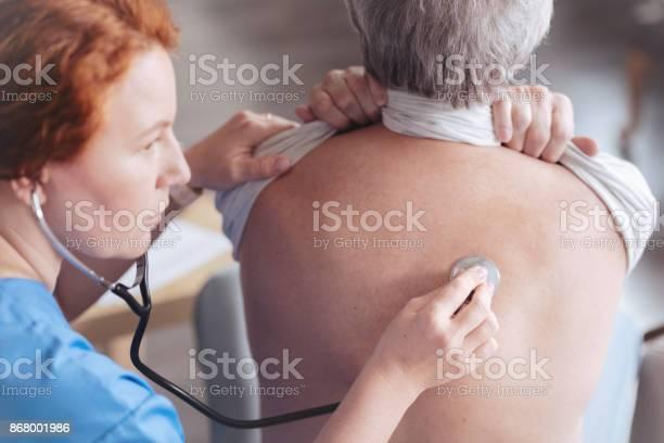 Nahaufnahme Des Arztes Die Rückseite Des Patienten Mit Stethoskop Hören Stockfoto und mehr Bilder von Arbeitspersonal