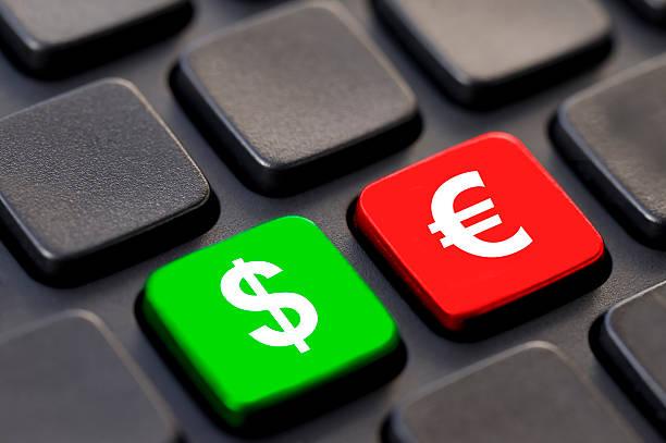 nahaufnahme von dollar und euro-zeichen auf einem computer - klavier verkaufen stock-fotos und bilder