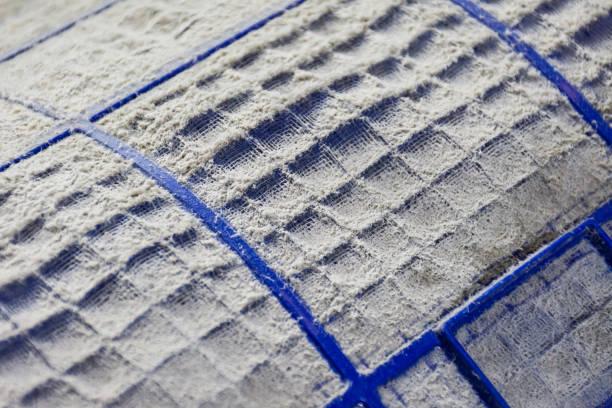 nahaufnahme von staub und schmutzig auf klimaanlage filter. - luftfilter stock-fotos und bilder