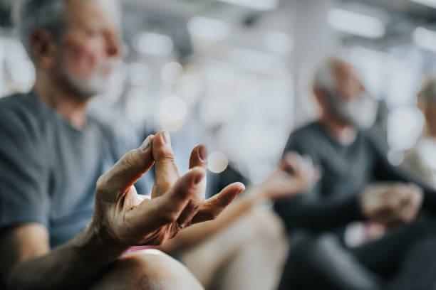 fim de exercício yoga em um clube de saúde! - meditation - fotografias e filmes do acervo