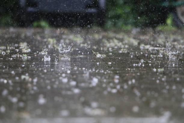 fermer de la chute et éclaboussures de pluie sur la rue - pluie photos et images de collection