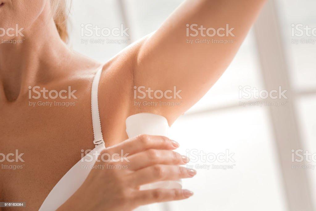 Nahaufnahme eines weiblichen deodorant – Foto