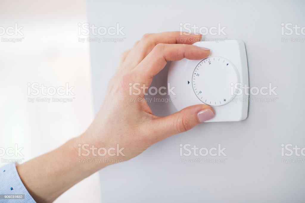 Nahaufnahme der weiblichen Hand auf Central Heizung Thermostat – Foto