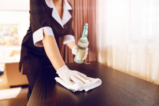 zbliżenie kobiecej ręki, która za pomocą serwetki - hotel zdjęcia i obrazy z banku zdjęć