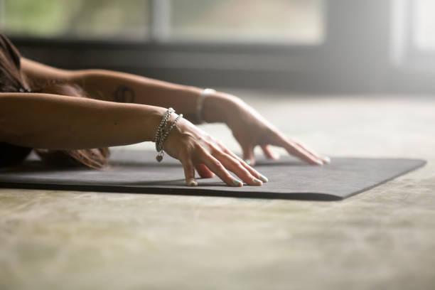 nahaufnahme von weiblichen händen, kind-pose - gymnastik tattoo stock-fotos und bilder