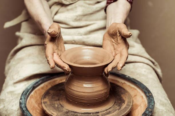 close-up de mãos femininas, trabalhando na roda de oleiro - cerâmica artesanato - fotografias e filmes do acervo