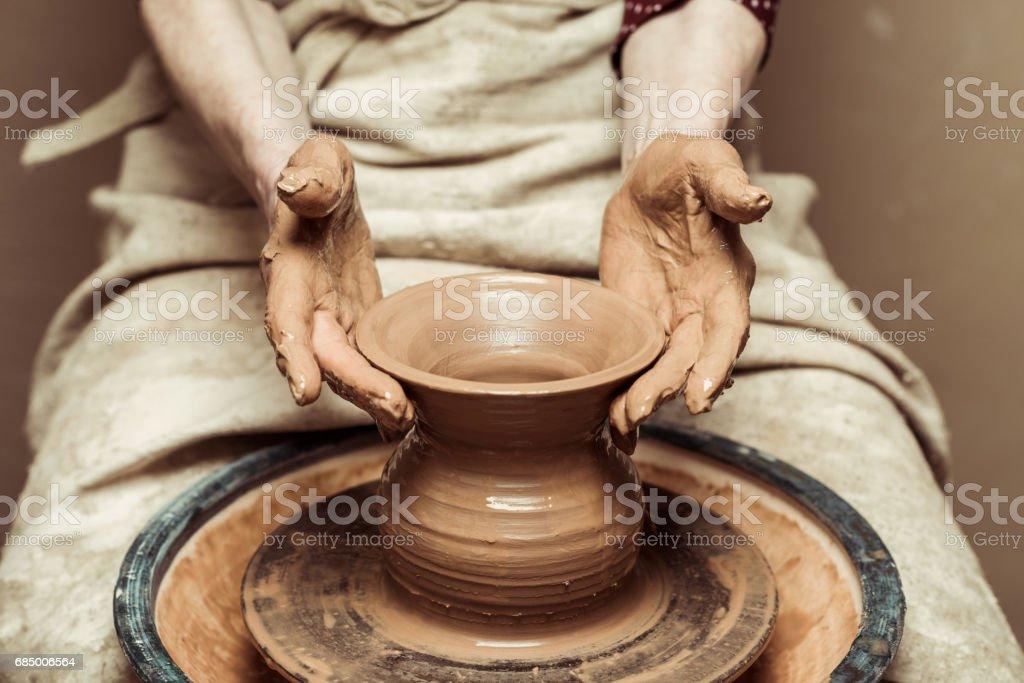 Nahaufnahme von weiblichen Händen arbeiten an der Töpferscheibe – Foto
