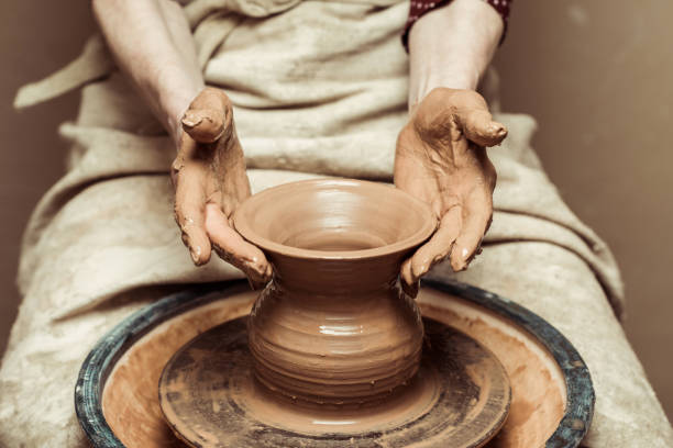 close up of female hands working on potters wheel - garncarz zdjęcia i obrazy z banku zdjęć