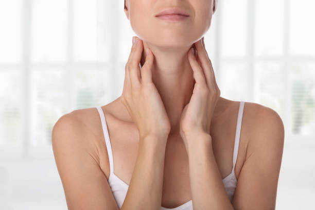 close up van vrouwelijke nek en schouders. vrouw schildklier controle. - nek stockfoto's en -beelden
