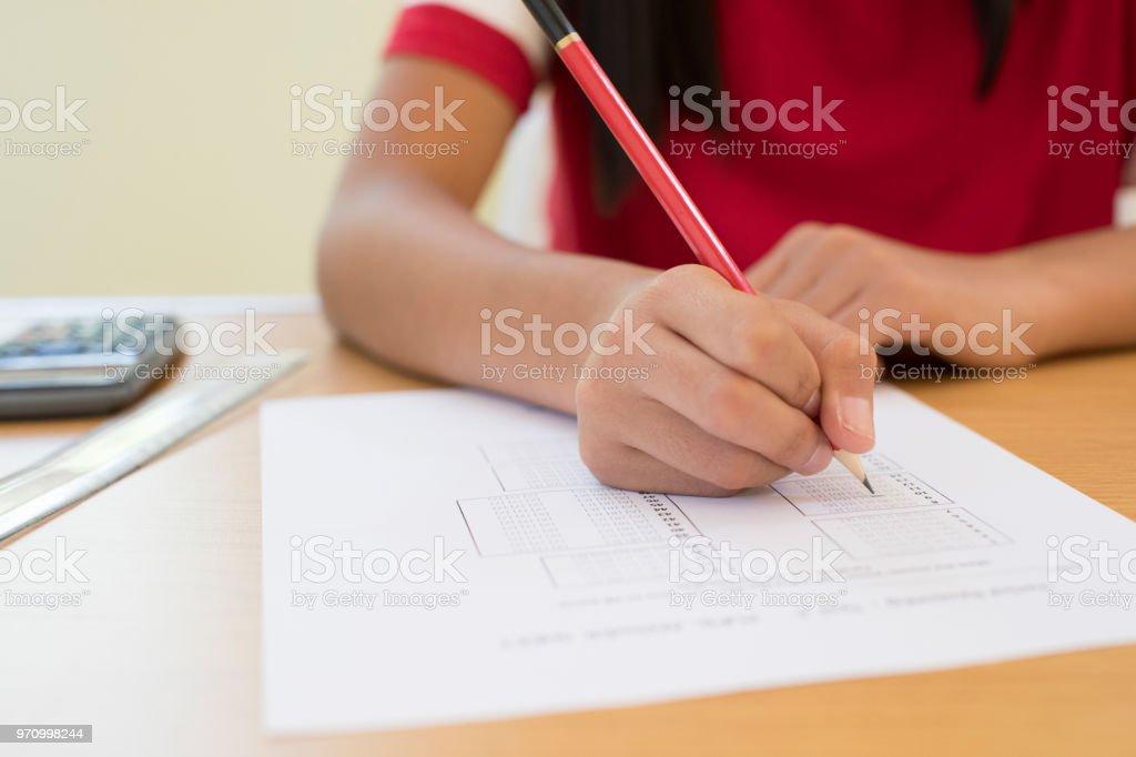 Nahaufnahme eines weiblichen Schüler nehmen mehrere Wahl Prüfungsaufgabe – Foto