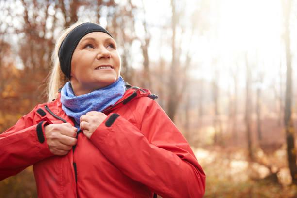 nahaufnahme eines weiblichen senior läufer im freien - damenjacken stock-fotos und bilder