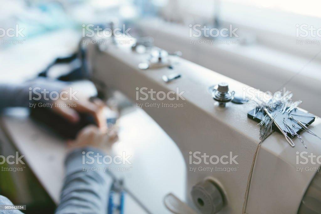 Gros plan du travail féminin sur Machine à coudre - Photo de Coudre libre de droits