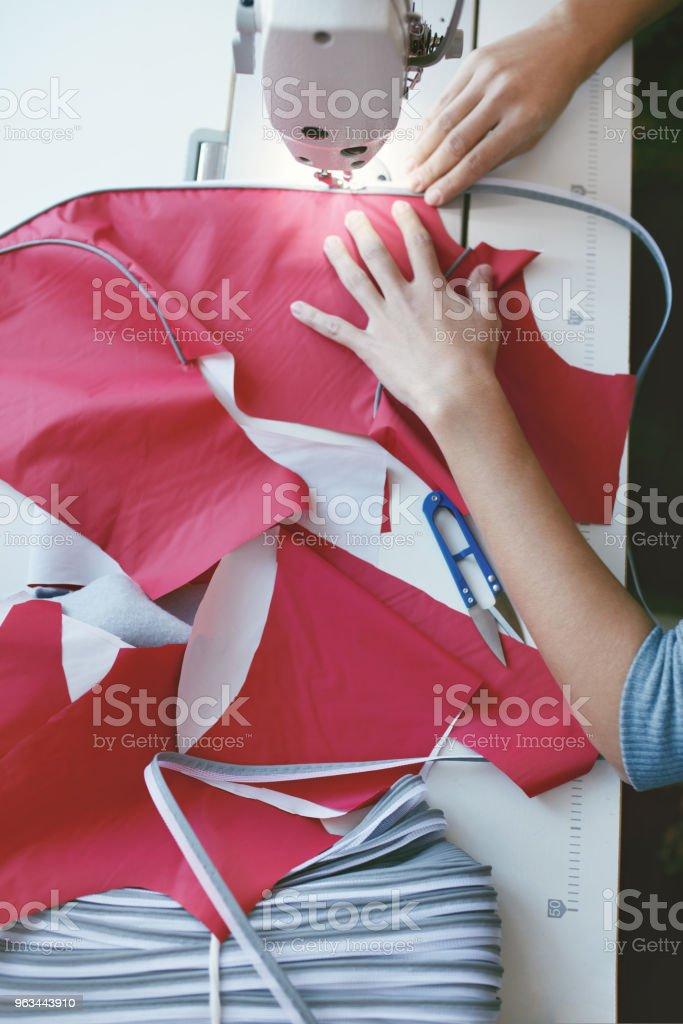 Gros plan du travail féminin sur Machine à coudre - Photo de Adulte libre de droits