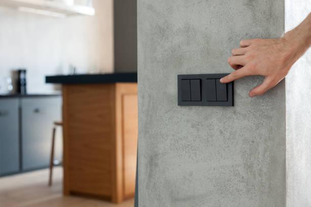 fermer vers le haut du doigt est allumer ou d'éteindre le commutateur d'éclairage. copiez l'espace. - commutateur photos et images de collection