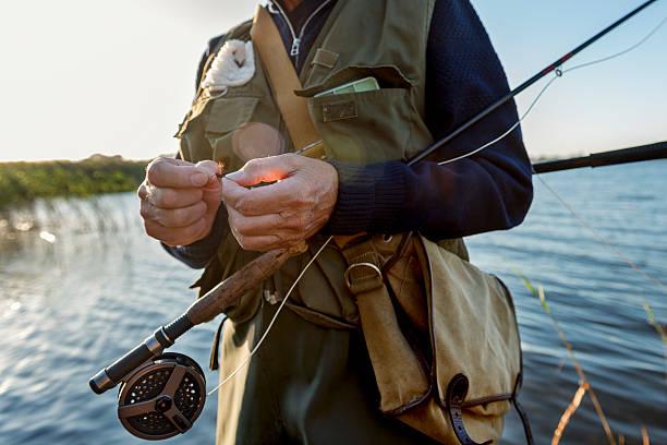 nahaufnahme des fisherman's hands binden einen fly - angeln dänemark stock-fotos und bilder