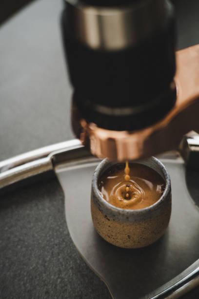 nahaufnahme von frischem espresso mit einem schaumigen top - mokkatassen stock-fotos und bilder