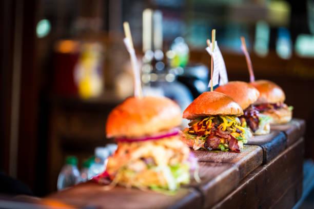 關閉新鮮火焰燒烤漢堡顯示在食品市場連續 - 即食口糧 個照片及圖片檔