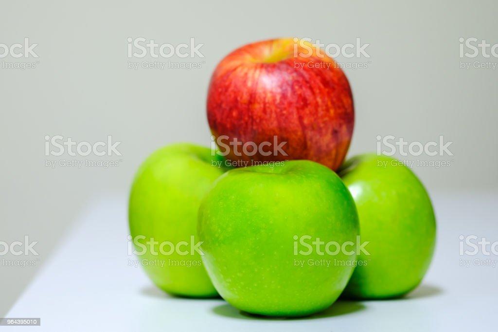 Close up van verse rode en groene appel op tafel. - Royalty-free Appel Stockfoto
