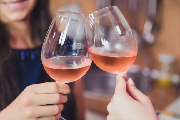Nahaufnahme von Freunden Toasten mit Wein. – Foto