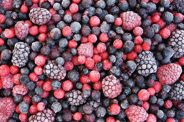 крупный план из замороженных смешанных фруктов-ягод - иней замёрзшая вода стоковые фото и изображения