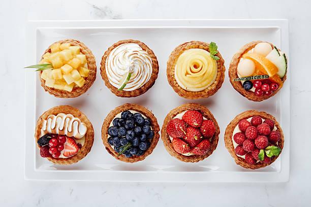 Close-up de tortas de frutas e sobremesas variadas - foto de acervo