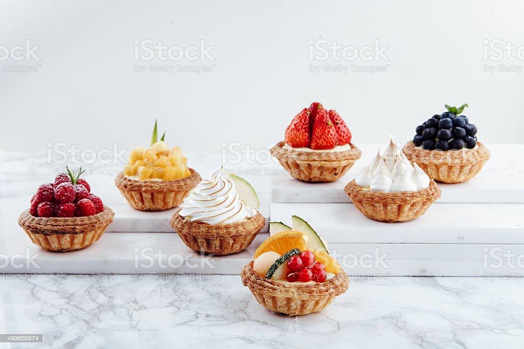 Nahaufnahme von Obst Törtchen und verschiedene desserts – Foto