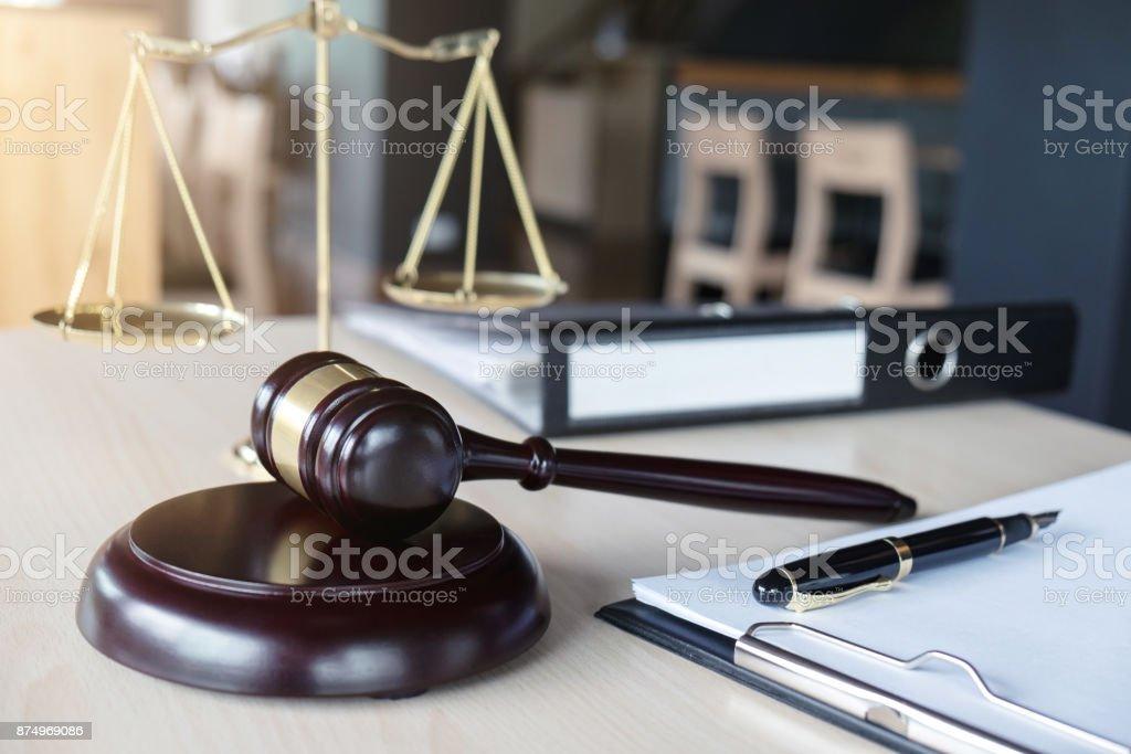 Cerca del martillo y la balanza de la justicia e informar el caso con el papel de sobre mesa de madera en concepto de oficina, ley y justicia - foto de stock