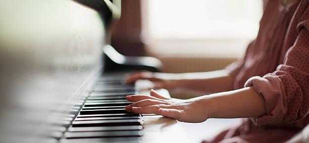gros plan de femme les mains sur le piano - piano photos et images de collection